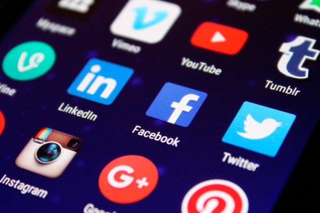 social network facebook-instagram twitter essere sul web